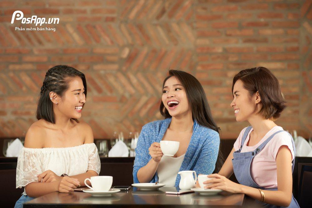 khách uống cafe