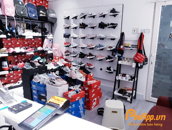 máy POS bán hàng tại cửa hàng giày dép