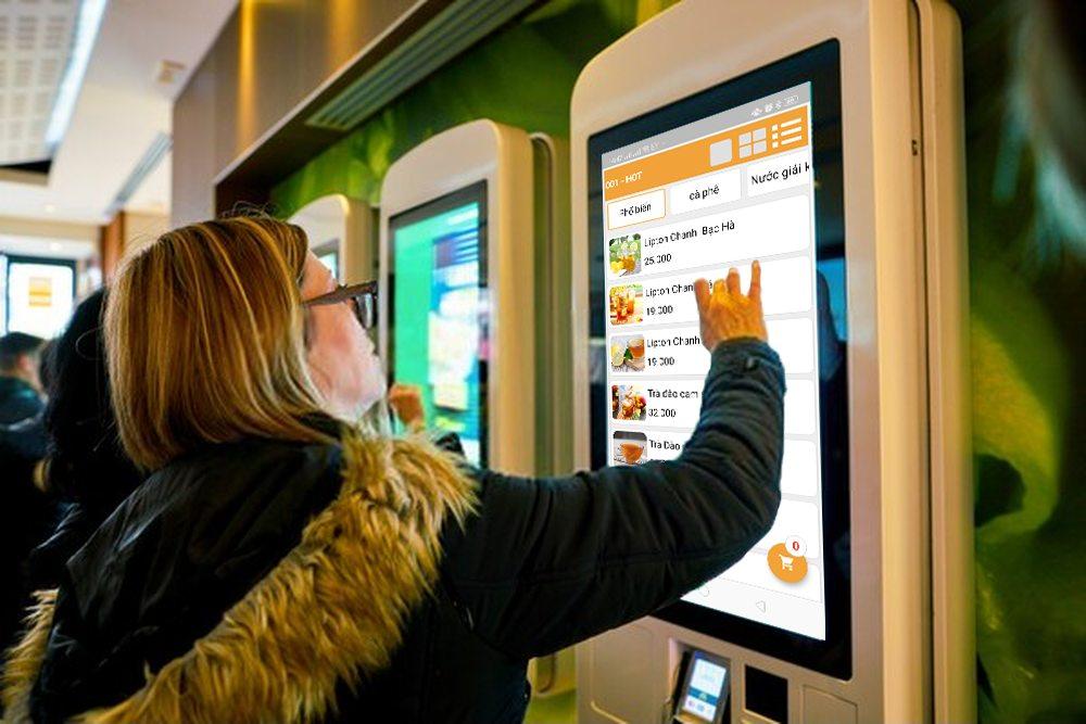 khách tự order qua kiosk
