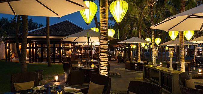 Trang trí đèn lồng hút khách tại quán ăn nhà hàng ngày Tết