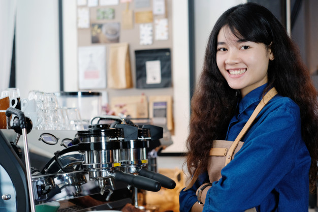 nhân viên phục vụ quán trà sữa