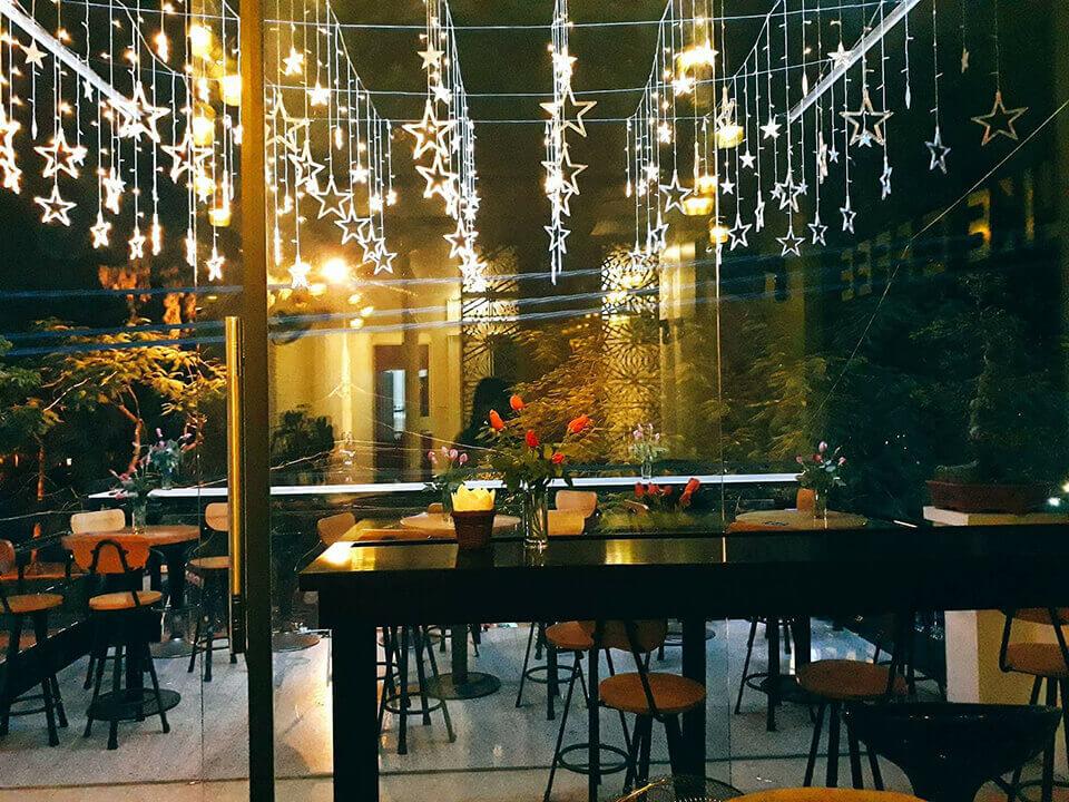 Trang trí quán ăn bằng đèn nháy ngày Tết giúp không gian trở nên lung linh và ấm áp hơn