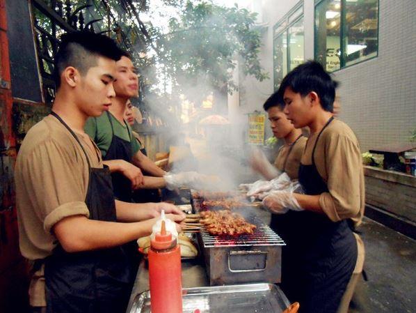 nhân viên nướng thịt