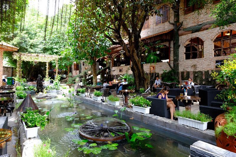 trang trí cafe sân vườn có hồ nước