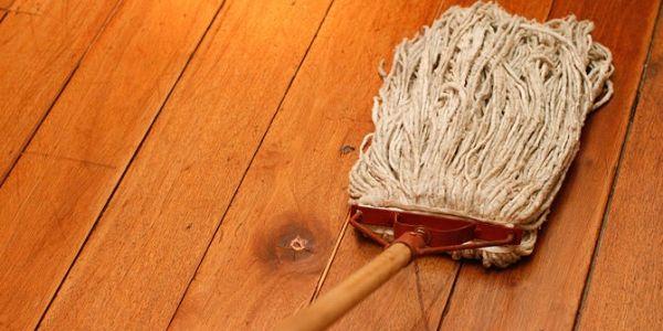 lau sàn gỗ dễ dàng