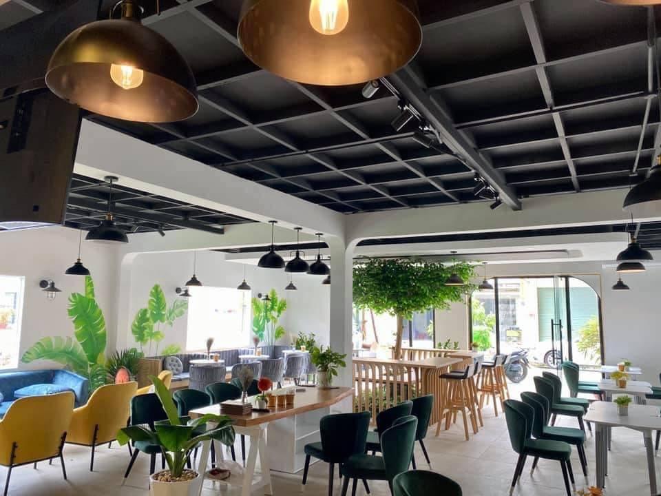 Bên trong quán Phong Coffee and Tea