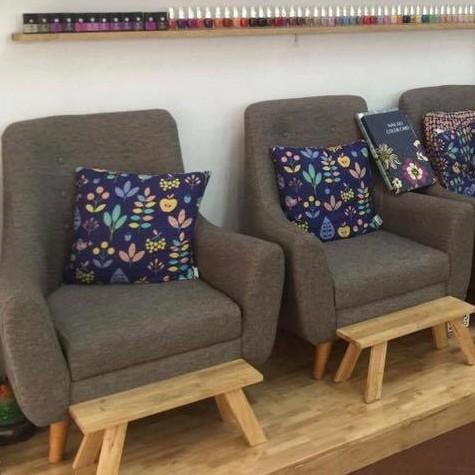 ghế làm nail bọc vải chân gỗ đơn giản