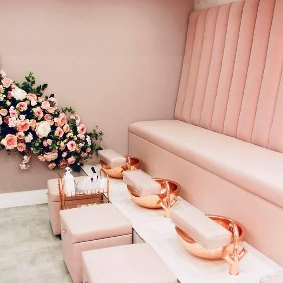 Ghế làm móng chân theo dãy màu hồng
