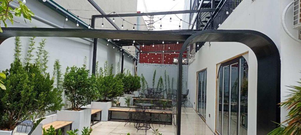 không gian bên ngoài ở tầng dưới của Phong Coffee andTea