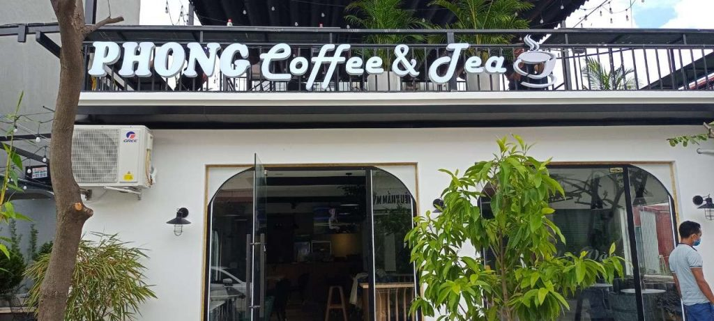 Mặt trước quán Phong Coffee and Tea