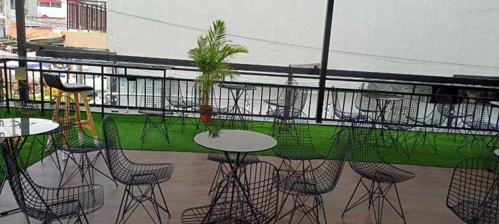 Tầng lầu ban ngày của Phong Coffee and Tea