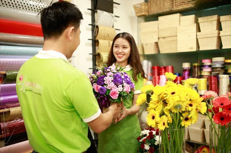 nhân viên bán hoa